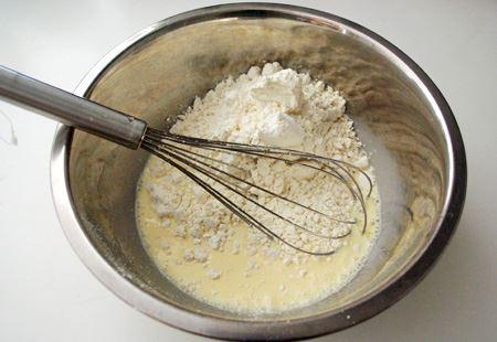 ミックス粉は普通の白い粉です。小麦粉は結構キメが細かい印象