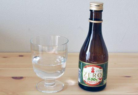 開栓。グラスに注いだ無色透明な液体はまさに焼酎ですが…