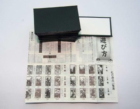 中には48枚の花札と白札、遊び方を記した紙が入っております