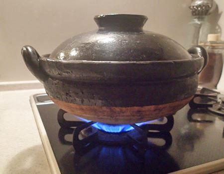 お鍋がぐつぐつしてくるまでは中火で。沸騰したら弱火に落として15分