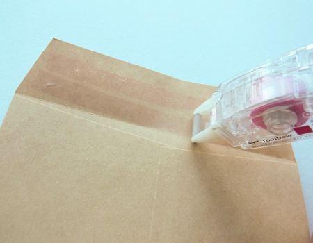 使い方は、一般的なテープのりと同じです。塗りたい場所の上で本体のローラーを転がすだけ