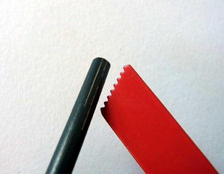 黒いマグネシウム棒を赤い金属片のギザギザでこすって、マグネシウムを削っておけば火が着きやすいとのこと