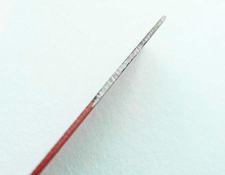 金属片には、赤い塗装がされていない金属がむきだしの部分があり、ここでマグネシウム棒をこすると火花がでるようです