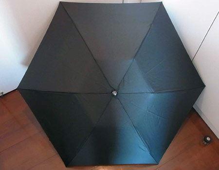 開いた時の直径は85cmとやや小ぶりですが、軽量の折りたたみ傘であることを考えれば十分の大きさです