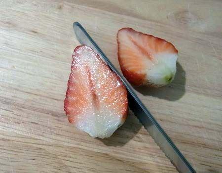 非常にきれいな切り口で簡単にイチゴがカットできました
