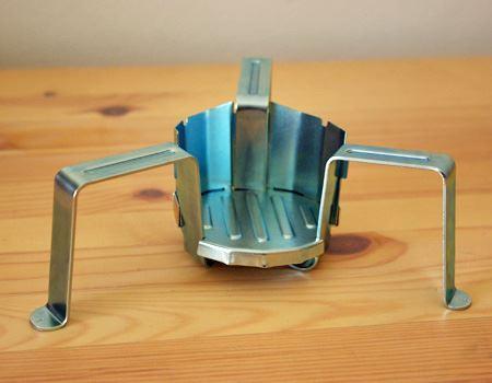 3本脚の支柱を広げて、燃料用の受け皿と風防用の2枚のパーツをはめ込むだけと組み立ても簡単