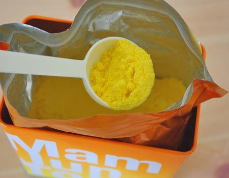 中袋を開封すると、鮮やかなオレンジ色の粉末。自然で爽やかな香りが広がります。使用量は200リットルに付属の小さじ2杯が目安で、1缶で15回分程度