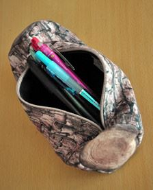 直径は7.5cmくらいで、ペンがたっぷり入るサイズ。コスメポーチとしても使えそうな大きさです。ファスナー部分についている葉っぱの形のチャームにもこだわりを感じます