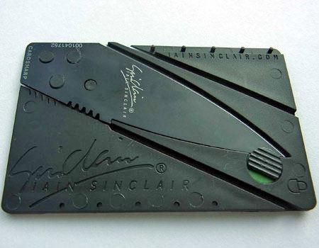 大きさはクレジットカードやキャッシュカードとほぼ同じ、8.6cm×5.4cm×0.2cm(横×縦×厚み)。普段はロックをしておきます(緑が見えている状態)
