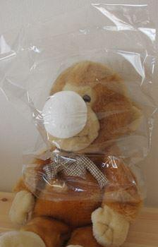 広げると、マスクのついたビニール袋。頭からかぶって使います