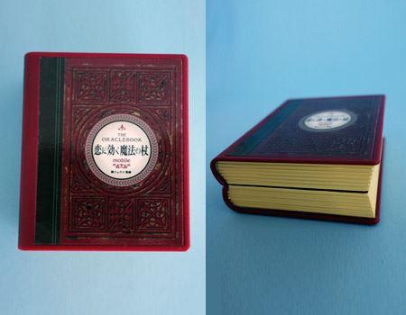 箱から取り出してみると、見た目はそのまんま「THE本」です! 50mm×70mmの手のひらサイズで、重量はわずか118g。側面にはストッパーが付いており、使用しない時は閉じられるようになっています