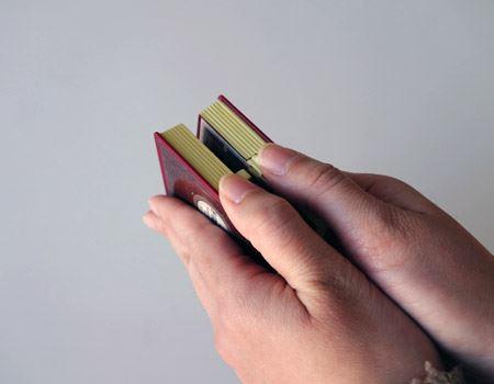 ゆっくりと深呼吸をしながら、本を両手で持ちます。精神を集中させるのだそうです…。そして、ストッパーを押しながら本体を開きます