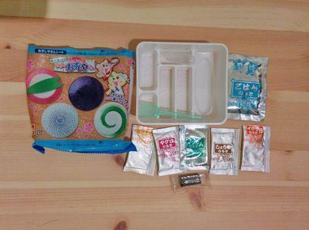 箱の中身は、材料となる粉類のほか、作業用の道具や容器も全部含まれています