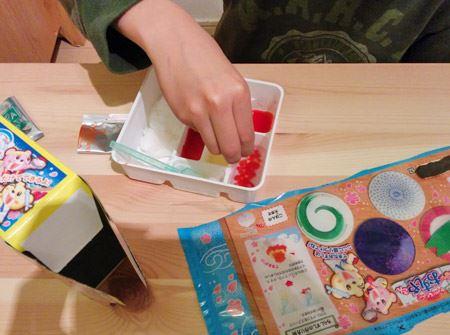 箱の裏面にある解説書の手順どおりに、粉と水を混ぜ、作っていきます