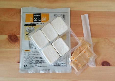 開封。フリーズドライのお餅5個ときな粉、割り箸、水で戻す用のトレーがセットになっています