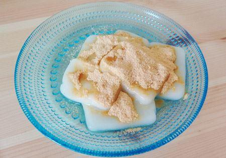 お皿に移して、添付のきな粉を振り掛けます