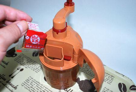 このように蓋がカパっと開きます。しょう油は途中で入れたほうが風味が増すんですね