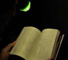 深夜に部屋の電気を消し、フラッシュをたかず撮影しました。照射レベルはちょっと弱めですが、本の活字やキーボードを照らすくらいならセーフ?