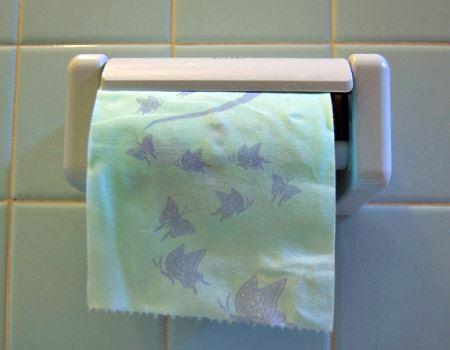 トイレに設置してみます。庶民のペーパーフォルダに収められ、ちょっと居心地が悪そう…
