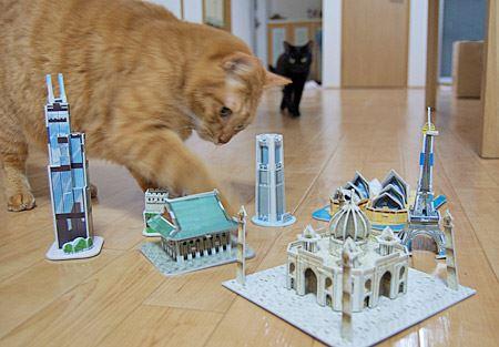 """猫たちも興味しんしん! ミニチュア建築を観光する""""巨大猫""""に思わずクスっとしてしまいました"""