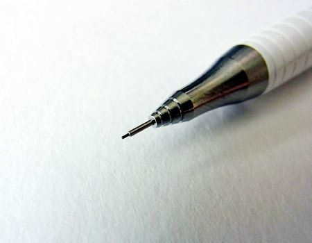 通常のシャープペンシルはこのような状態で文字を書きますが、「オレンズ」ではNG