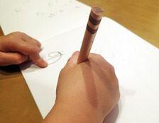 初めて鉛筆を持つなら、もっとも芯がやわらかい6Bから。長さも12cmと短めですが、正しい位置で鉛筆が持てるので、小さい子にはジャストフィット