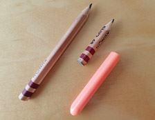 三角鉛筆が短くなってしまったら、別売りの三角鉛筆ホルダーをつければ、ほら! 元の長さに元どおり