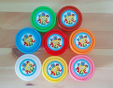 箱の中身は、赤、黄色、緑、青、ピンク、茶色、白の粘土がそれぞれ小分けされた小さな容器に入っています。各35グラムとちょっと少なめ