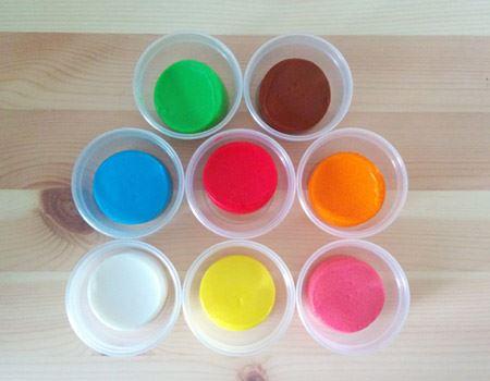 容器のキャップを開けてみると、蛍光カラーのように発色のよい粘土が入っています。そう言われてみれば確かにお米のような艶やかさです
