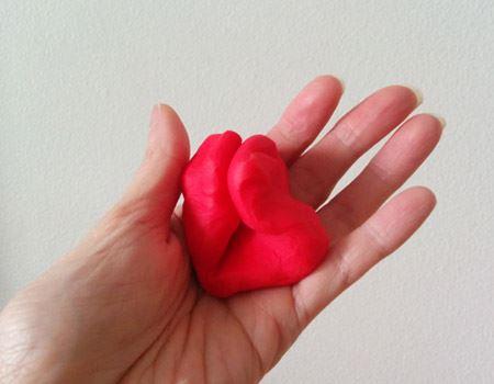 感触はチューイングガムのよう。小さな子どもの握力でもギュッと握れるやわらかさです