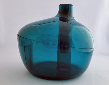 箱から取り出すと…かわいいシルエットの花瓶が出てきます