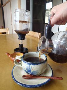 サイフォン式コーヒーメーカーといえば、アルコールランプで加熱するイメージですが、今は電源コードでスイッチ1つのお手軽タイプもあります。手間要らずで本格コーヒーが味わえますよ