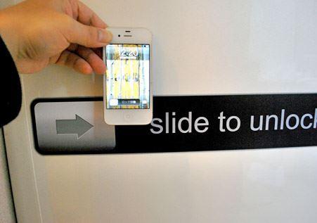 実際に筆者のiPhone 4Sと比べてみました。マグネットがでっかい!