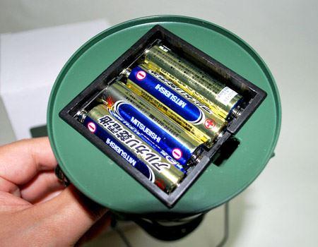 単三電池4本使用。電池ブタは台座の裏なので設置時には見えなくなります。レトロな雰囲気を壊しません
