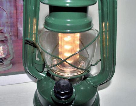 下の黒いツマミを回すとスイッチが入ります。さらに回すことで、光量を無段階に調節することができます