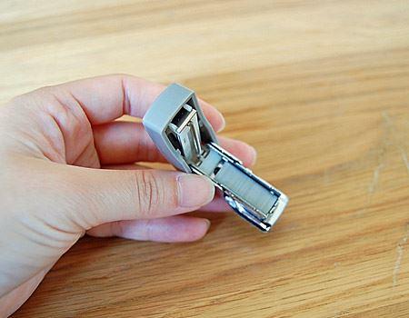 芯がちょうど1本納まります。ホチキスの芯はよく使う普通のタイプで大丈夫