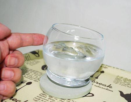 普通のグラスだと、ナナメにするなんて怖くてできませんけど、ロッキンググラスなら大丈夫