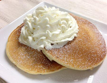 たっぷりのホイップクリームとパウダーシュガーで飾ると、まるであの人気店のパンケーキみたい!
