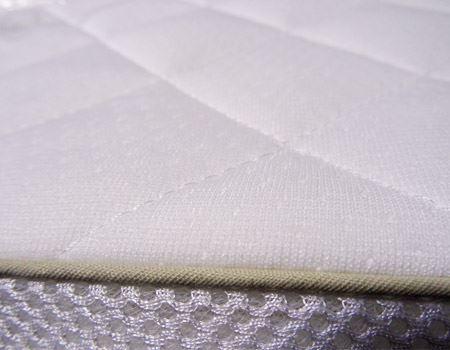 マットレスには洗えるカバーがついており、季節や好みに合わせてふわっとしたニット地(上側)、サラッとしたメッシュ地(下側)の両面が使えるのもポイント