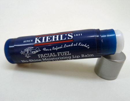 繰り出し式のスティックタイプだから使いやすい。かすかなミントの香りもいい感じ〜