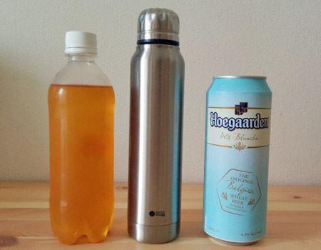 500mlのペットボトル、缶と並べて比較。縦に長いですが、幅はとてもスリムでカバンにもしまいやすい