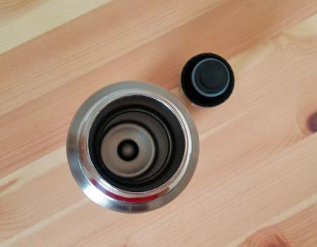 キャップと水筒の内部。小さ目の氷であれば入る直径