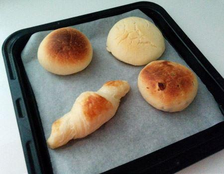 200℃のオーブンで14分同時に焼いた結果。パンの種類によって焼き時間が多少異なるので、それぞれ焼き加減を見ながら調整をすると、どれも美味しく食べられます