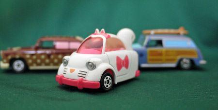 ほかの「ディズニーモータース」車種と並べてもかわいらしさが前面に出ている車です。トップルーフのネコミミがまたキュートです