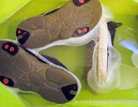 アルミ製のバケツはサビの原因になるのでNG。また、革や金属、水で色落ちする素材の靴には使えません