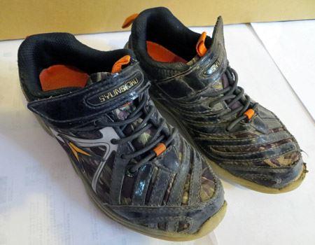 (ビフォー)ホコリや泥で汚れた我が子の運動靴