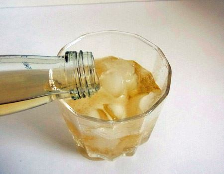 冷蔵庫で冷やしておいたグラスに氷を入れて注ぎます