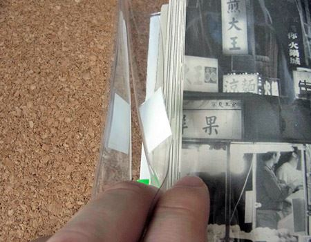 繰り返し使える粘着テープで透明シートを固定すればおしまい