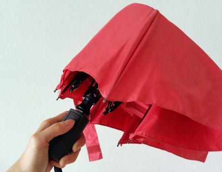 持ち手の手元にあるボタンを押すと、傘がジャンプアップで開閉。開くだけでなく閉じる際もボタンひと押し