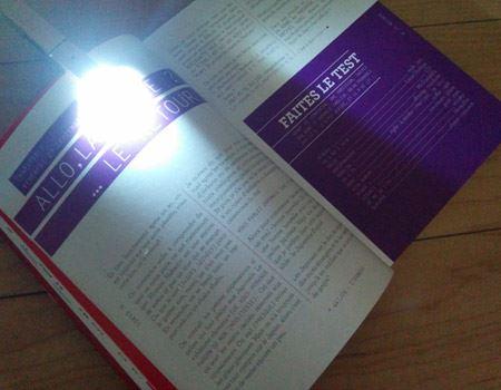 クリップ型なので、本のしおり代わりに留めておけるのもメリット。暗い場所でも本だけを照らして読むことができます